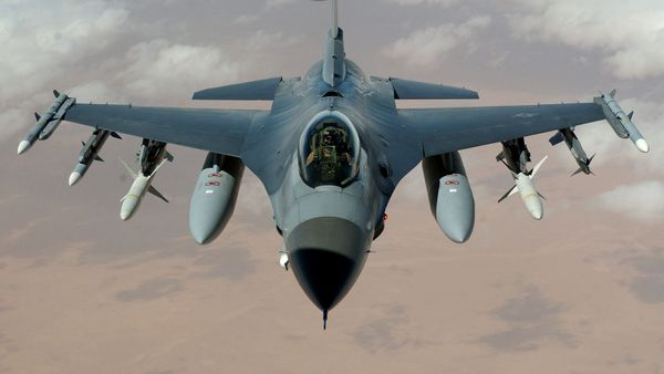 F-16 Fighting Falcon - tapeta pro Windows 8, Android, iPhone, iPad, Linux, Blackberry